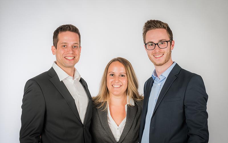 Daniel Lesny (links) und David Reinthaler (rechts) mit Teamleitern Julia Neuruhrer (Mitte)